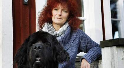 """""""Värst var det hur jag blev bemött av Försäkringskassan då jag låg på sjukhuset"""", säger lungcancersjuka Marina Oschlag. Nu går hon hemma med hunden Tula och väntar på besked - sedan i juni. Foto: Anders Ylander"""