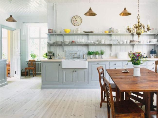 1 Tänk långsiktigt<br>Trender kommer och går. Om du lägger ner mycket pengar på en köksrenovering kan det vara smart att tänka på att köket ska hålla länge och satsa på en klassisk stil. Kök Sundby från Kvänum.