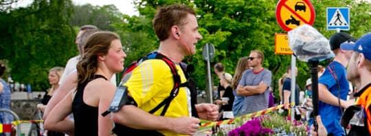 Programledaren Rickard Olsson i full action under Göteborgsvarvet förra året. I år får vi följa honom igen. Foto: Lennart Rehnman