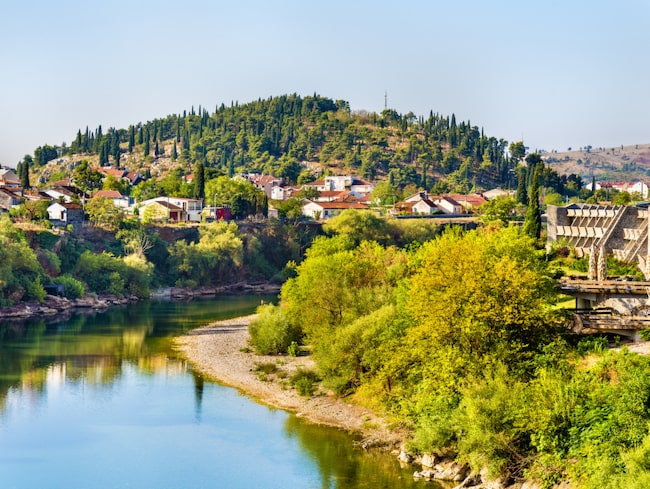 Podgorica (i sydöstra delen av Montenegro cirka fyra mil från Adriatiska havet) har ett subtropiskt klimat och hör till de varmaste sommarstäderna i Europa.  Under juli och augusti ligger genomsnittlig dygnsmaximitemperatur på plus 32 grader, men är ibland betydligt högre.