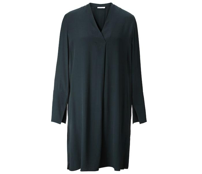 ec165e139d9 Snygg skjortklänning med v-ringad hals och utsvängda ärmslut från Wera, 599  kr, Åhléns.