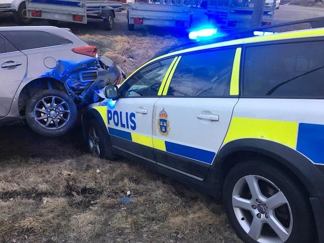 För att få stopp på den bortflyende bilen fick polisen köra på den bakifrån. Nere i diket.