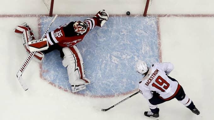 Bäckström gör mål mot New Jersey. Foto: JULIO CORTEZ / AP TT NYHETSBYRÅN