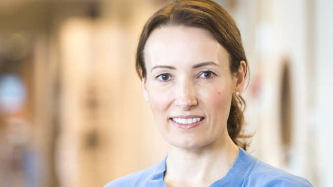 Heidi Stensmyren, ordförande i Sveriges läkarförbund, pekar på att läkare i Kanada tjänar betydligt mer än de svenska läkarna. Foto: Rickard Eriksson