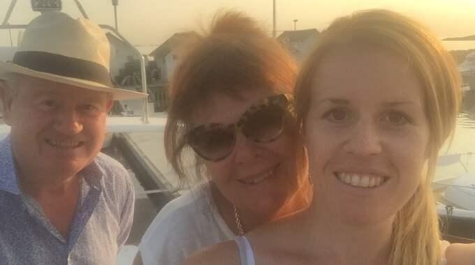 Helen Hammarstrand med sina föräldrar Sune och Eva Nilsson. Foto: Privat