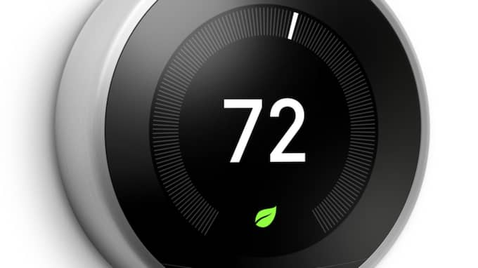 Termostater kan bland annat reglera värme och jämna ut och effektivisera energiförbrukningen. Här ser ni en termostat från Nest.
