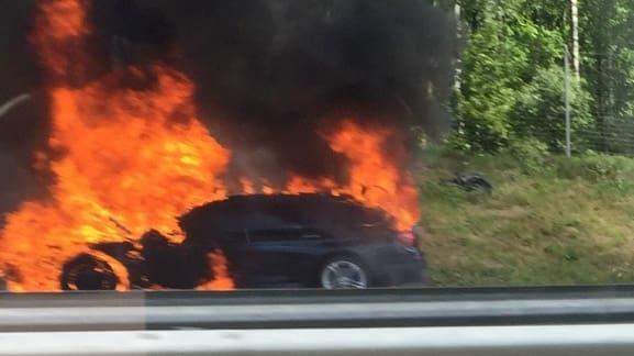 Larmet kom vid 14.30 då en bil fattade eld på
