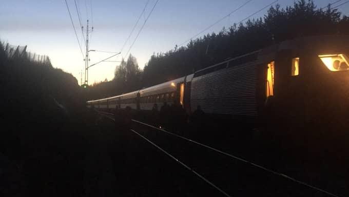 Christian Lennerholt och de andra passagerarna evakuerades sent i natt från tåget. Foto: LÄSARBILD