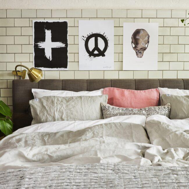 Ombonat sovrum fixar du lätt genom att blanda linne, bomullssatin och siden –och bädda med flera täcken och massor av kuddar.