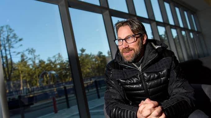 Peter Forsberg imponerar på Mats Olsson. Foto: CARL SANDIN / BILDBYRÅN