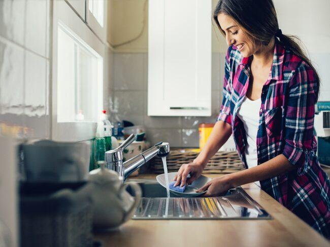 Är du stressad över att hinna få städat hemma till helgen? Lugn – här är guiden som hjälper dig.