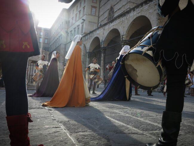 Medeltiden är närvarande i Umbrien - inte minst tack vare alla medeltidsfestivaler. Här visar Perugias medeltidsgille upp sig utanför katedralen.
