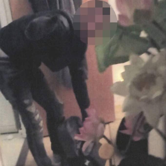 De två tonåringarna lämnar den mördade mannens lägenhet med väskorna fulla med tjuvgods. Foto: Polisen