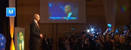 Fredrik Reinfeldt när han talar på valvakan. Foto: SVT