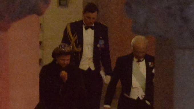 Kungen och drottningen lämnar festligheterna på Nobelfesten efter midnatt. Foto: Anna-Karin Nilsson