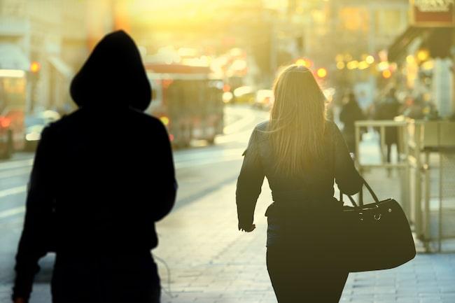 Var fjärde kvinna upplever att de är otrygga i sitt eget bostadsområde på kvällen