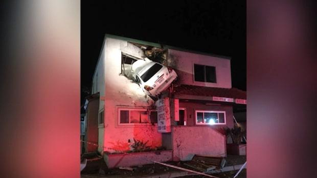 Bussens kamera fångar det hemska - bilen flyger rakt in i huset
