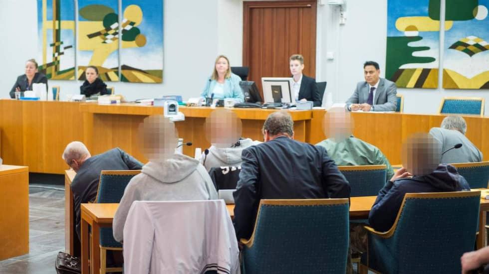 De fyra ungdomarna i rätten. Främre raden: Advokat, Ted, Danny, advokat. Bakre raden: Christoffer, advokat, Alexander. Foto: Tomas Leprince