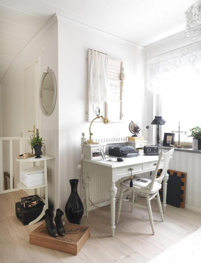 Skrivmaskinen köpte Marie på loppis för 50 kronor för några år sedan. Den får nu pryda skrivbordet på övervåningen. Hon upplever att det har blivit svårare att hitta skrivmaskiner för ett bra pris de senaste åren. Skokartongen på golvet är inköpt på en semesterresa i Amsterdam.