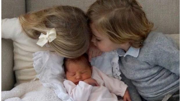 Nya bilden – här myser Leonore och Nicolas med nya prinsessan