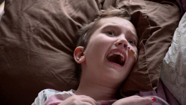 Emmy,11, ringde mamma – fick svår hjärnblödning