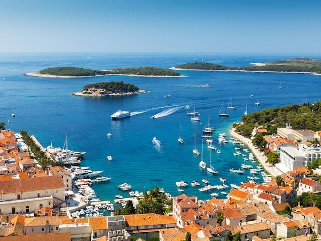 Precis som på Mallorcas partyort Magaluf har myndigheterna på kroatiska semesterön Hvar fått nog och inför nu strängare regler mot såväl fylleri som klädsel.