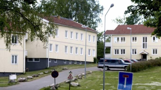 Polisen fick larm från Bert Karlssons flyktingboende Stora Ekeberg i Skärv öster om Skara vid halv elvatiden på tisdagskvällen. Foto: Johan Främst