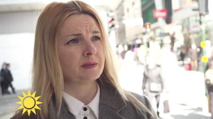 Iryna Zamanova blev träffad av lastbilen vid terrordådet den 7 april. Hon skadades allvarligt och läkarna fick amputera nedre delen av ena benet för att rädda hennes liv. På bilden har hon återvänt till Drottninggatan för en intervju med Nyhetsmorgons Jesper Börjesson. Foto: TV4/Nyhetsmorgon