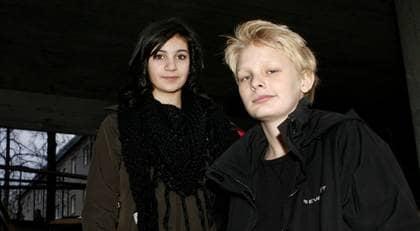 """Ville vara en vampyr. Lina Leandersson, 13, och Kåre Hedebrant, 13, är stjärnorna i """"Låt den rätte komma in"""". En film om en utstött pojke i Stockholmsförorten Blackeberg, och kanske framförallt en film om vampyrer. """"Jag ville vara vampyr när jag var liten"""", säger Lina. Foto: HELEN EDVALL"""