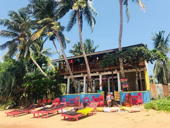 Hotellet Lucky Beach på Sri Lanka ägs nu av Gina Lyons och Mark Lee från England.