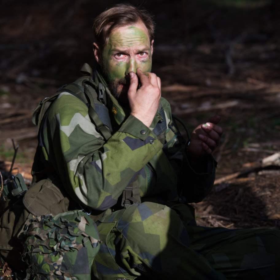 Inget lämnas åt slumpen när Emil bättrar på sin maskering. Foto: Hampus Hagstedt