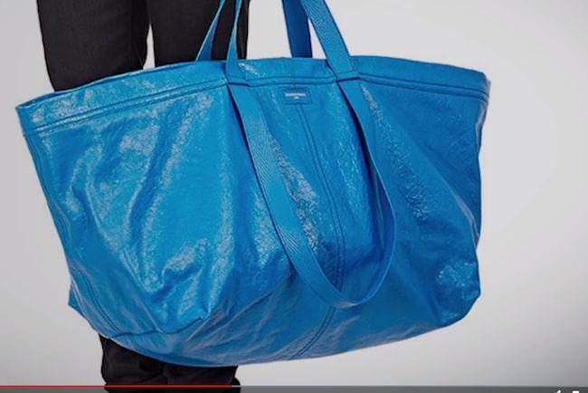 """Nu har det stora, franska och exklusiva modehuset Balenciaga tagit fram en ny väska i sitt sortiment som de kallar """"exra stor shoppingbag"""" – en kopia av Ikeakassen!"""