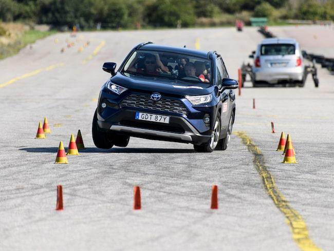 Efter mycket möda och stort besvär lyckas Teknikens Värld klara 68 km/h vilket inte är inte godkänt. Exempelvis Kia Sorento klarar 78 km/h med ett tryggt och lättkört beteende i älgtestet.