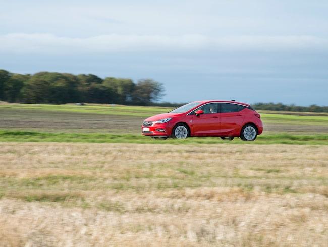 """""""Varför köpa en Lamborghini när du kan köra 696 kilometer i timmen med en Opel Astra?"""". Bilden är en genrebild."""