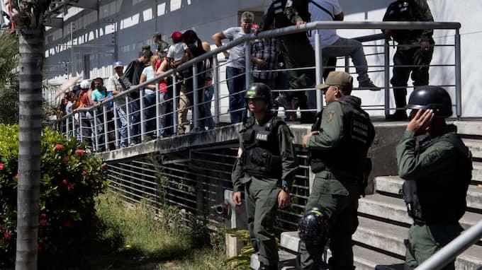 Militären bevakar den långa kön utanför stormarknaden i matbristens Venezuela. Foto: MIGUEL GUTIERREZ / EPA / TT / EPA TT NYHETSBYRÅN