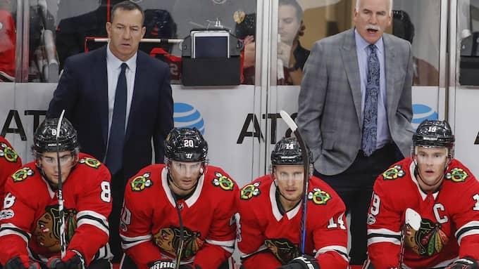 Deppigt på Blackhawks bänk. Foto: KAMIL KRZACZYNSKI / AP TT NYHETSBYRÅN