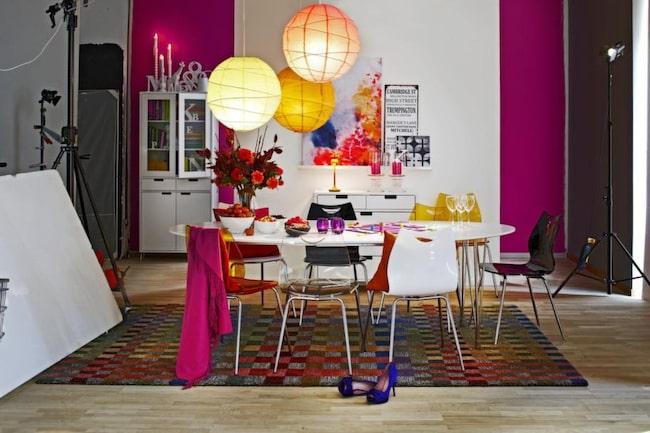 Färgglatt runt matbordet. Superellipsbordet finns i  många varianter. Ett gäng udda stolar passar utmärkt till. Detta bord  heter Plaine och kommer från Mio. Finns i flera varianter och storlekar.