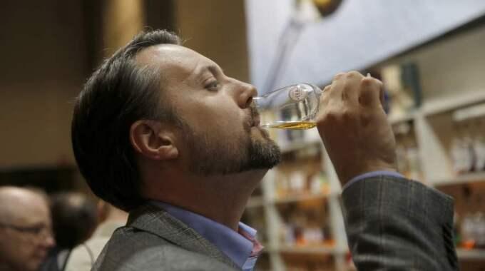 Värt pengarna? Nja, enligt Christian var det en absolut god whisky, men det var mest känslan att ha provat de dyra dropparna som tilltalade. Foto: Ronny Johannesson