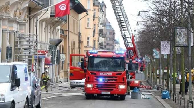 Det brinner i Portugals ambassad på Narvavägen i Stockholm. Foto: Michael Hoffman