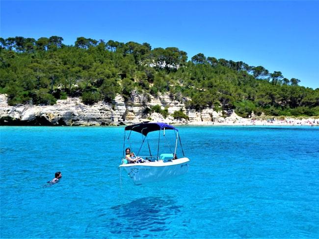 Ren njutning och svävande båtar på Menorcas sydkust.