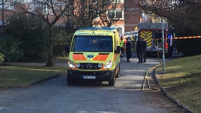 Byggnaden har evakuerats och ambulansen har lastat några personer. Foto: Joakim Magnå