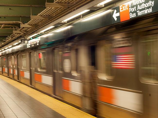 """New York slopar """"mina damer och herrar"""" på tunnelbanan."""