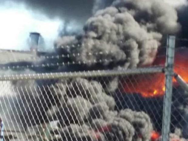 Storbrand i industrihamn – explosion hördes
