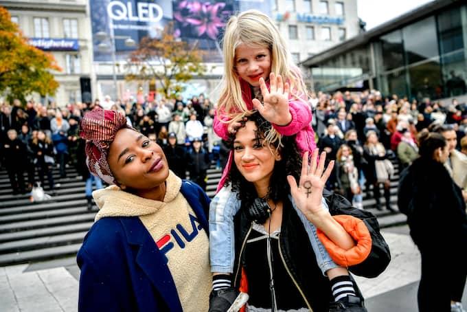 Tusentals kom till #MeToo-manifestationen vid Sergels torg i Stockholm 2017. Bland annat Daniella Bwende och Paulina Arnet Teixeira med dottern Melinda. Foto: ALEX LJUNGDAHL