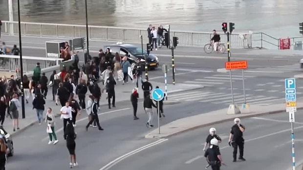 Poliser och demonstranter på slottsbacken i Stockholm under onsdagskvällen