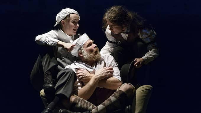 """Den lekfulla ensemblen i """"Dr Moreaus ö"""" på Moment:teater. Foto: PETTER COHEN"""