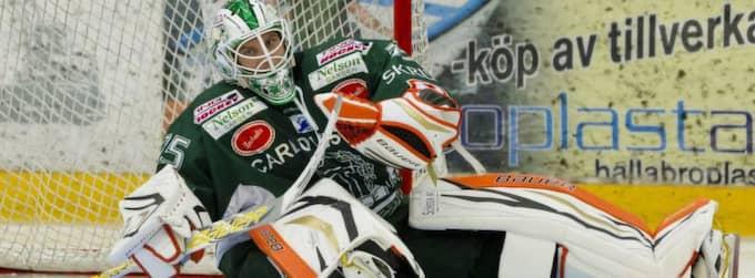Det blev ingen succécomeback när NHL-målisen Viktor Fasth var tillbaka i sin gamla klubb Tingsryd. Han fick släppa tre puckar förbi sig i matchen som förlorades med 2-3. Foto: Pic-Agency Sweden