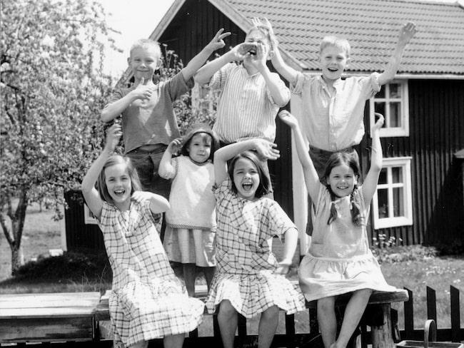 """Alla vi barn i Bullerbyn"""", som byggde på Astrid Lindgrens böcker, började sändas i tv. De handlade om systrarna Britta och Anna i Norrgården, om Lisa med bröderna Lasse och Bosse i Mellangården och om Olle och hans lillasyster Kerstin i Sörgården."""
