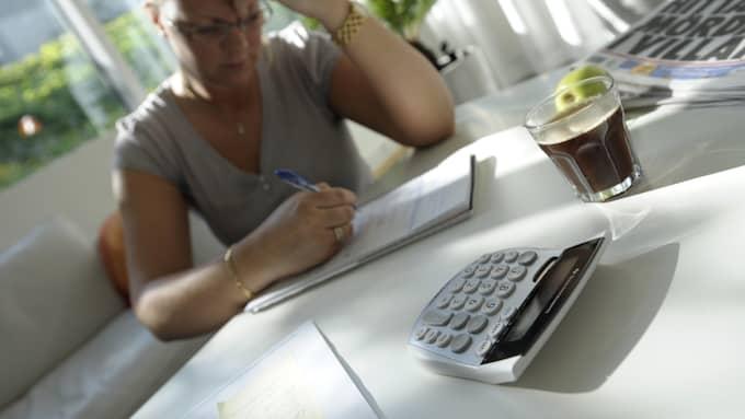 Arturo Arques, privatekonom på Swedbank, tipsar om att göra upp en budget för att få överblick. Sedan gäller det att inte leva över sina tillgångar – och att kapa de kostnader som går. Foto: Fredrik Sandberg / TT NYHETSBYRÅN