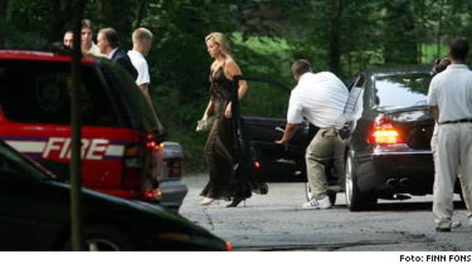 GÄSTKARAVAN. Unga flickor tog emot gästerna på Long Island när de kom till Cristina Stenbecks och Alex Fitzgibbons hårdbevakade miljonbröllop. För musiken stod Sting.